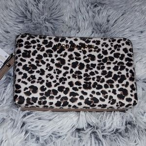 No double sided wristlet